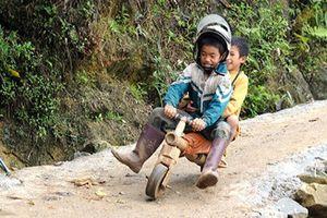 Những món đồ chơi lạ lùng của trẻ em dân tộc miền núi