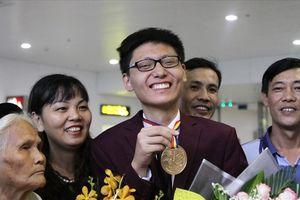 Đoàn Olympic Toán quốc tế được chào đón nồng nhiệt khi về nước
