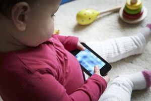 Cho con 6 tháng tuổi dùng điện thoại, mẹ hối hận không kịp