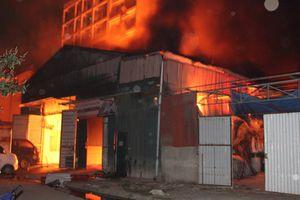 Hà Nội: Xưởng gỗ cháy rực trong đêm, lửa bốc cao 2 tầng nhà