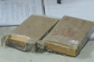 Người phụ nữ vận chuyển 2 bánh heroin và 5.000 viên ma túy tổng hợp