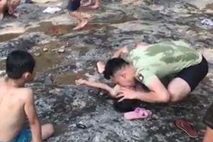 Chiến sĩ cảnh sát cơ động nhanh trí cứu sống trẻ đuối nước trong cơn nguy kịch