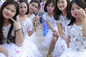 Chùm ảnh: Học sinh tiểu học tại Hà Đông tự bán vé để tổ chức 'Lễ trưởng thành'