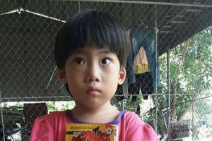 Bé gái khoảng 3 tuổi bị bỏ rơi ở bệnh viện huyện