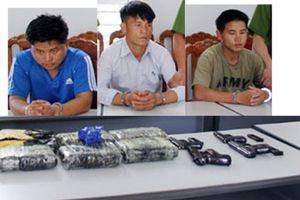 Bắt 3 đối tượng mang theo 4 khẩu súng để vận chuyển ma túy