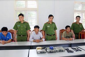 Hiệu trưởng và giáo viên người Lào mang súng đi áp tải ma túy