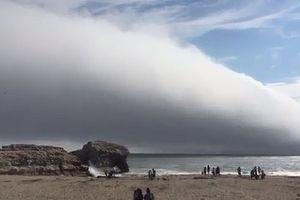 Mây khổng lồ 'nuốt chửng' bãi biển như ngày tận thế