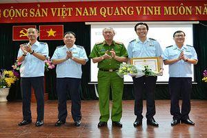 Tổng cục Cảnh sát tặng bằng khen cho Chi cục Hải quan sân bay Tân Sơn Nhất