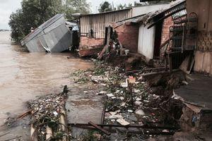 Vĩnh Long: Sạt lở kinh hoàng, gần 10 căn nhà trôi tuột xuống sông