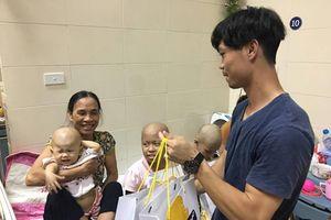 Công Phượng và các cầu thủ HAGL đến thăm các em nhỏ tại bệnh viện K
