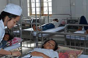 84 học sinh nhập viện cấp cứu sau khi ăn bánh, uống sữa miễn phí