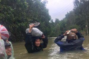 Hậu vệ Đông Triều lội nước đến ngực chạy lũ thăm nhà ở Quảng Nam