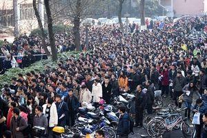 1.200 người Trung Quốc dự thi giành một suất 'công chức quèn'