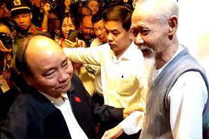Người dân phấn khởi bắt tay Thủ tướng vào thăm vùng lũ