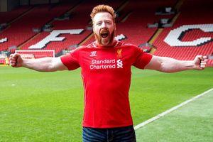 Cặp đô vật mặc áo Liverpool giành đai vô địch WWE