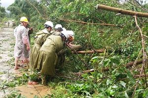 Hàng trăm cán bộ Công an tăng cường giúp dân khắc phục hậu quả cơn bão số 12
