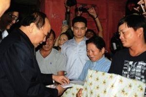 Thủ tướng khen ngợi tấm gương dũng cảm cứu nhiều người trong bão số 12