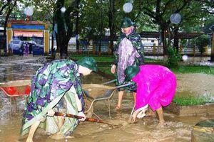 Bộ đội, công an giúp dân khắc phục hậu quả lũ lụt