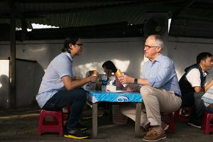 Thủ tướng Australia ngồi vỉa hè ăn bánh mì ở Đà Nẵng, khen ngợi ẩm thực Việt