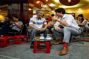 Khoảnh khắc Thủ tướng Canada ngồi uống cà phê vỉa hè Sài Gòn