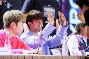 iKon đội nón lá và ôm fan Việt trong buổi ký tặng
