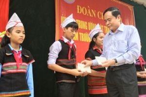 Thăm, tặng quà học sinh dân tộc nội trú tại Nam Đông
