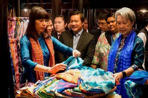 Phu nhân lãnh đạo cấp cao APEC mua lụa tơ tằm Hội An làm quà lưu niệm