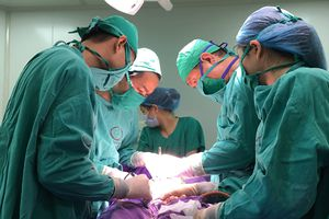 Trẻ 5 ngày tuổi có túi thừa bàng quang được cắt bỏ thành công