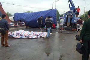 Xe tải lật ngang cầu Rào, đè chết một người