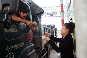 Tài xế dùng tiền lẻ phản ứng trạm BOT Nam Bình Định