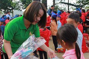 Vượt hơn 300km tặng quà cho học sinh người Mông vùng biên giới