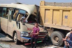 Ôtô khách húc đuôi xe tải, tài xế tử vong tại chỗ