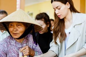 Hồ Ngọc Hà đi xe tải trao quà từ thiện ở Quảng Nam