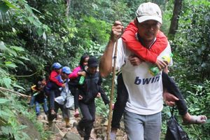 Giáo viên chống gậy, cõng học sinh vượt rừng sâu tới trường