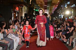 Vẹn nguyên tình yêu với trang phục áo dài truyền thống