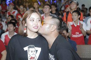 Vinh Râu FAPtv hôn bạn gái xinh đẹp mừng Arsenal đại thắng trong buổi offline với Sol Campbell