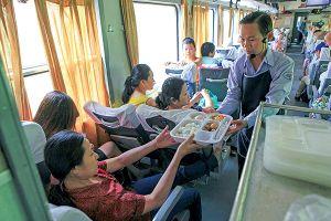Tặng suất ăn 'hàng không', đường sắt có kéo khách trở lại?