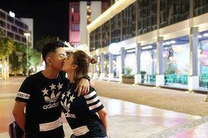 Chuyện showbiz: Khánh Thi và Phan Hiển hôn nhau tình tứ trên phố