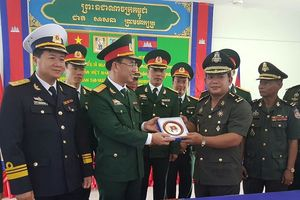 Giao lưu sĩ quan trẻ Việt Nam - Campuchia