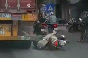 'Ninja' đi xe Lead ngã văng xuống đường, suýt bị xe container cán