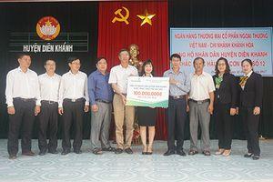 Vietcombank Khánh Hòa ủng hộ 100 triệu đồng cho người dân huyện Diên Khánh bị thiệt hại do bão số 12