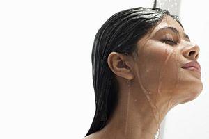 Rửa mặt bằng vòi sen có thể làm bạn già đi nhanh hơn?