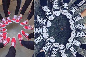 Áo đồng phục xưa rồi, giờ lớp người ta chơi hẳn cả loạt giày giống nhau cơ!