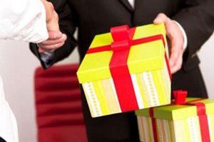 Nghiêm cấm tặng quà Tết cấp trên: Lo hối lộ trá hình