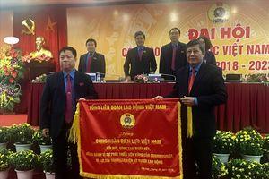 Tổng LĐLĐVN tặng bức trướng cho Công đoàn Điện lực VN