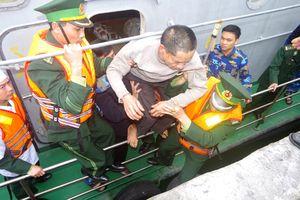 Kịp cứu 11 thuyền viên gặp nạn trên vùng biển Hà Tĩnh
