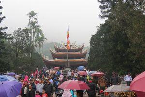 Hàng vạn du khách đội mưa tới Chùa Hương ngày khai hội