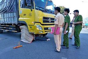 Va chạm té ngã xuống đường, người đàn ông bị xe tải cán tử vong tại chỗ