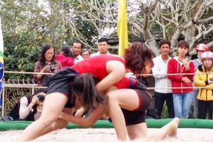 Hội vật làng Thủ Lễ: Đô vật nữ khoe ngón đòn khiến đối thủ 'lấm lưng, trắng bụng'