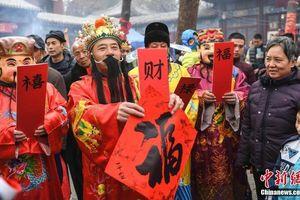 Rước Thần Tài, người Trung Quốc 'quét mã' nhận lì xì online